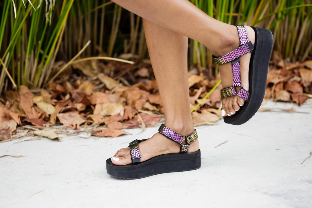 teva-flatform-universal-iridescent-sandal